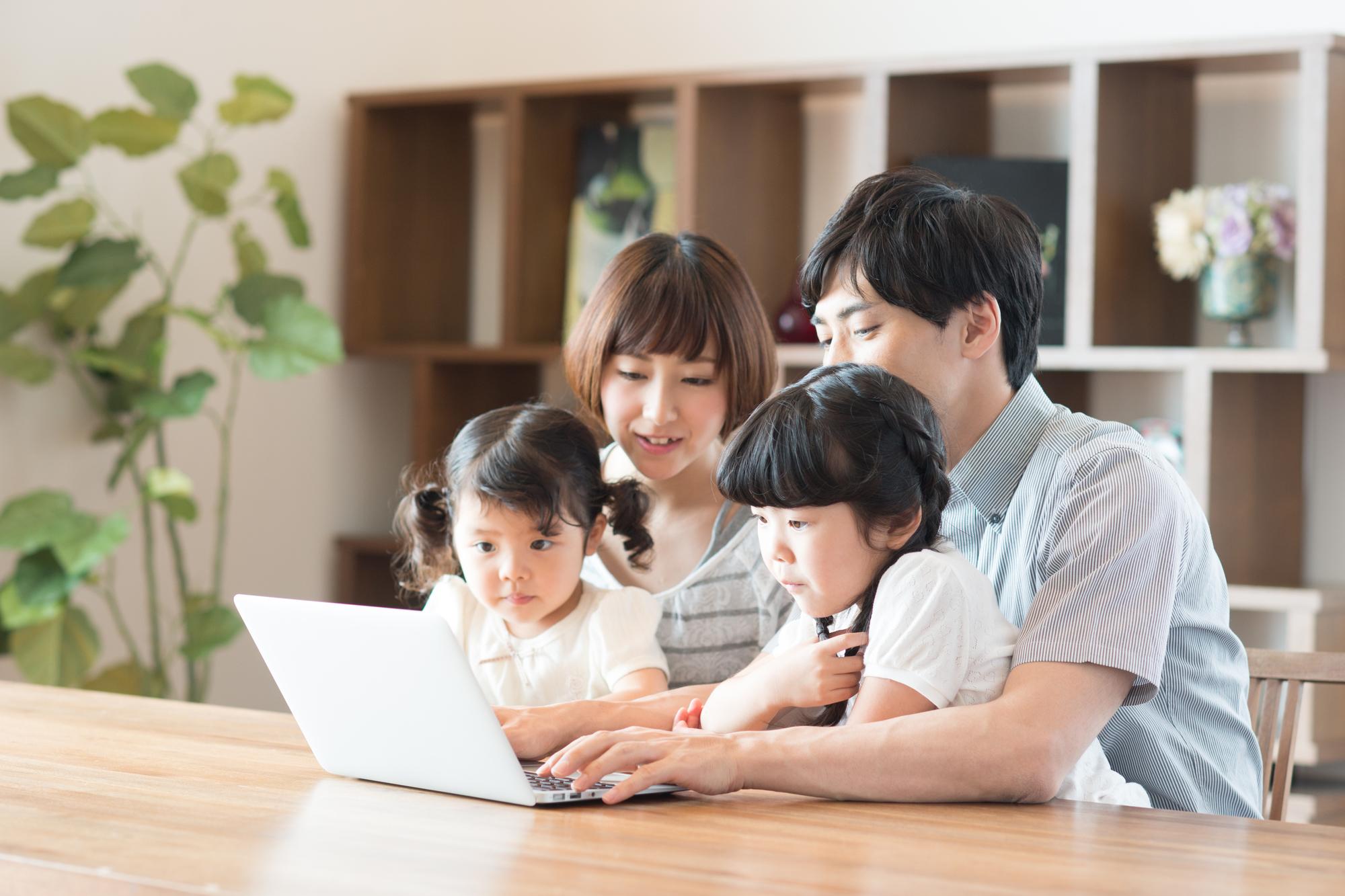 家族でパソコンを囲む