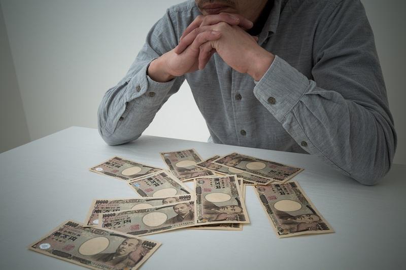 悩む 男性 お金
