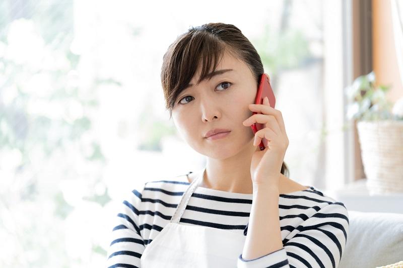 電話をしている女性 主婦