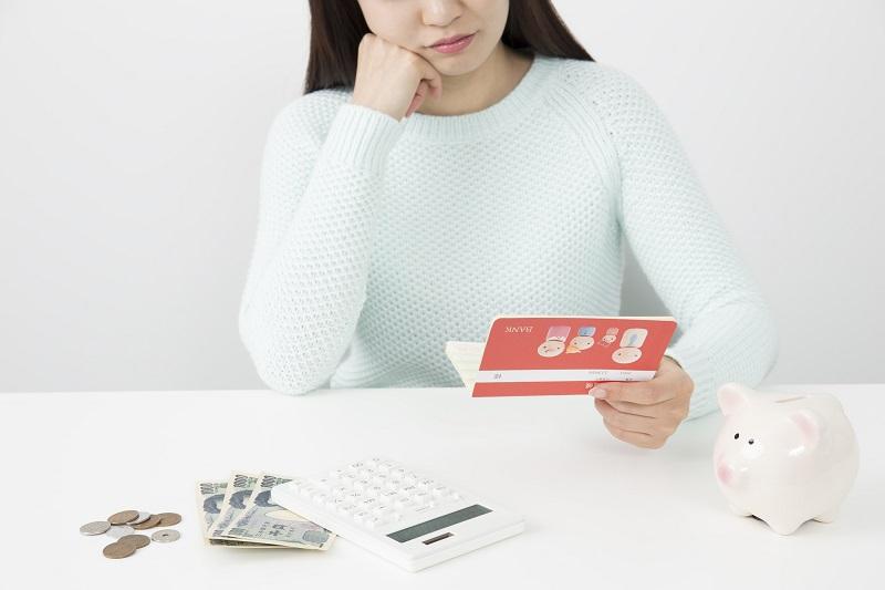 お金 悩む 女性 通帳