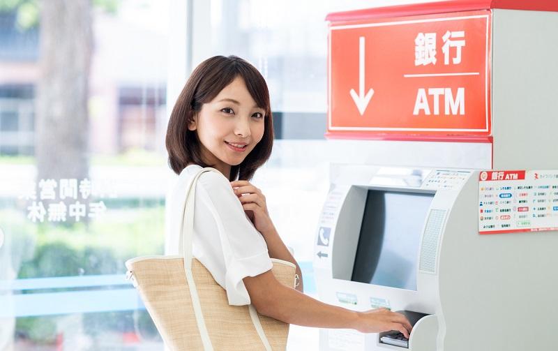ATM 操作 女性